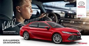 Niin kuin Kalle Rovanperä nauttii Toyotalla ajamisesta rallitaipaleilla, voit sinäkin heittäytyä ajamisen hurmaan itselataavalla Camry Hybridillä.   Tervetuloa koeajamaan ja tuntemaan Camryn ylellisyys, yksilöllisyys, hiljaisuus ja voima.