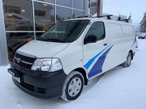 """Erittäin siisti käytetty Toyota Hiace 2.5 D4D 95 4ov pitkä. Yhdeltä omistajalta, täydellisellä Toyota-liikkeen huoltokirjalla, ilmastoitu, taakkatelineet majakalla ja työvaloilla, lisäkaukovalot ja monenlaista muuta mitä ammattilainen autoonsa tarvitsee. Rekisteröity 2012 ja ajettu 142 tkm. Hintaa """"korkeaässällä"""" 17.400 euroa ja yrittäjä voi vähentää hinnasta arvonlisäveron."""